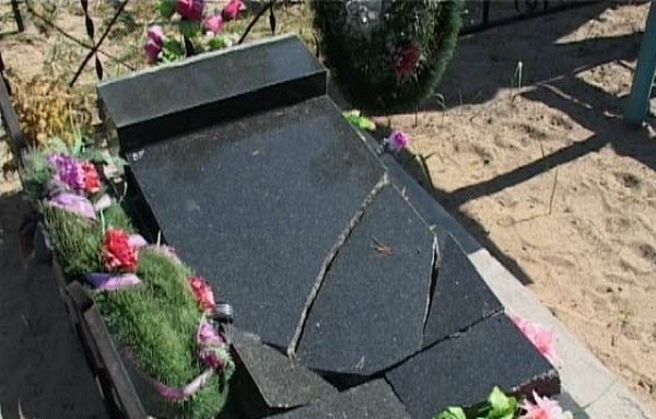 Устанавливать во сне памятник на могиле - к серьезному заболеванию, которое может завершиться смертью.