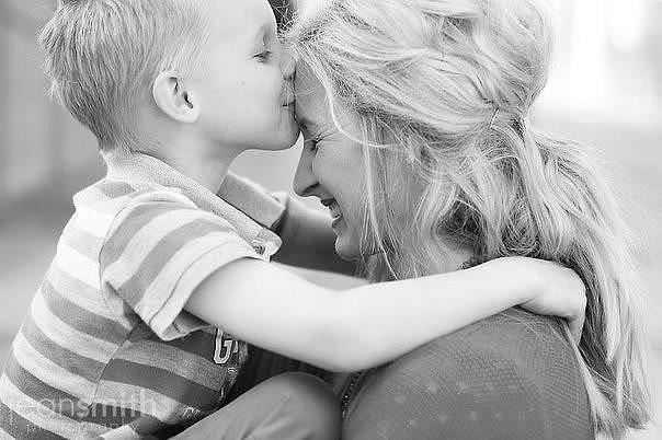 Если девушка целует мать, то это означает скорую помолвку или встречу любимого человека.