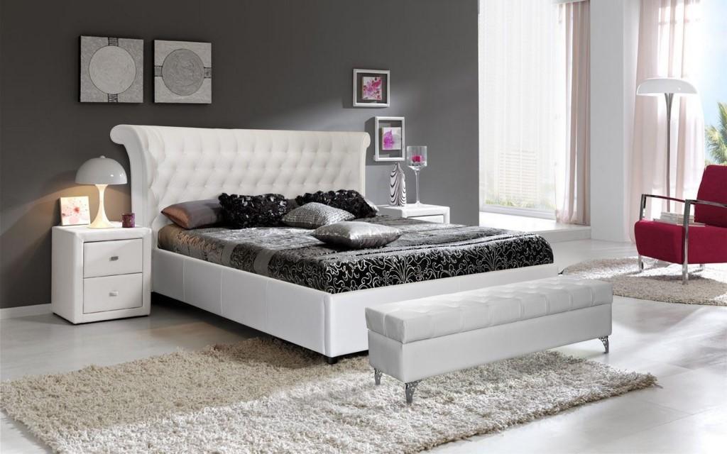 Светлая кровать с матрасом