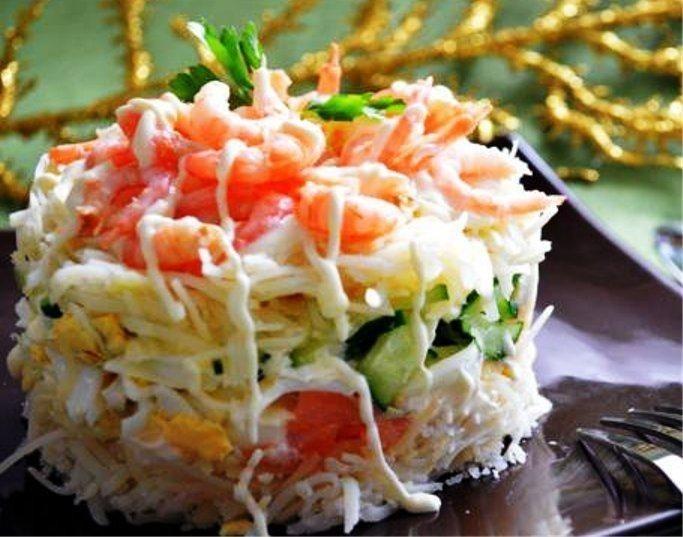 Майонез - по вкусу соль - по вкусу зеленый лук - 20 г репчатый лук - головки укроп - для украшения салат из горбуши консервированной 13 ингредиенты очень сочный, вкусный и красивый праздничный салат с варёными яйцами, свежими огурцами, морковкой и красной рыбой.