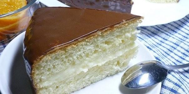 Через девять часов, достанем торт из холодильника, нарежем на порции и подадим на стол.