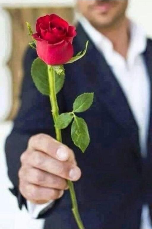 Я по работе заходила в один подъезд и там же нашла сначала букет красных роз а потом опять на земле нашла букет белых роз.