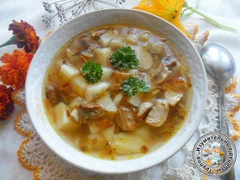 Варить 10 минут: в это время зарумянить луковицу: добавить нашинкованные шампиньоны и потушить до выкипания жидкости: добавить в суп и варить еще минут 7: в конце посолить, поперчить.