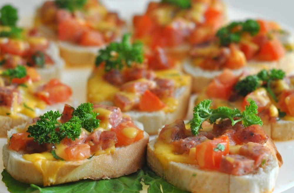 На один кусочек хлеба положить сыр и ветчину, накрыть другим кусочком хлеба.