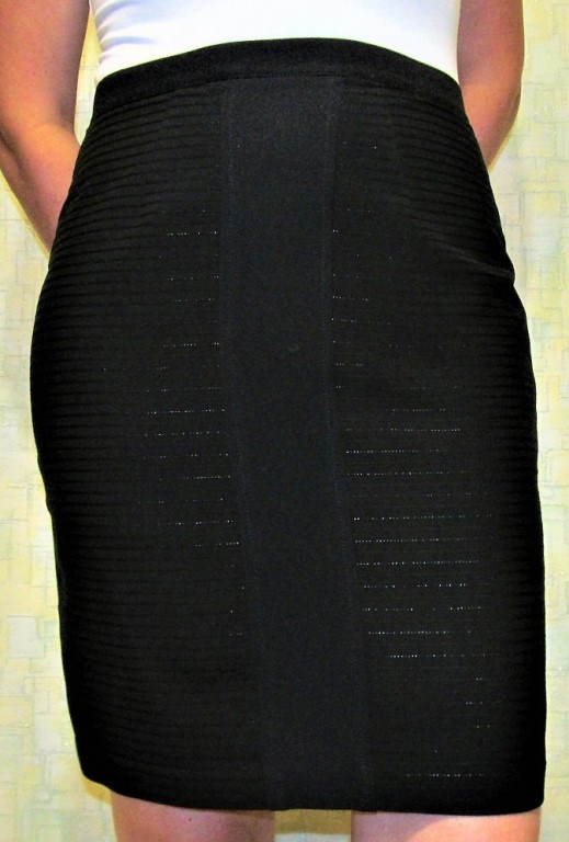 Продам НОВУЮ  юбку - карандаш из качественной ткани черного цвета.