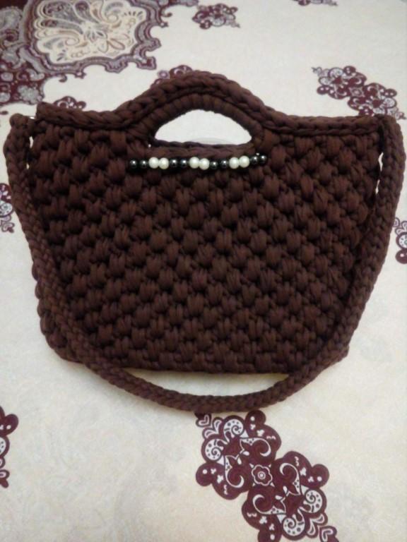 Продам связанную из трикотажной пряжи сумку, цвет шоколад.Вязка плотная, хорошо держит форму.Дно твердое, не прогибается.