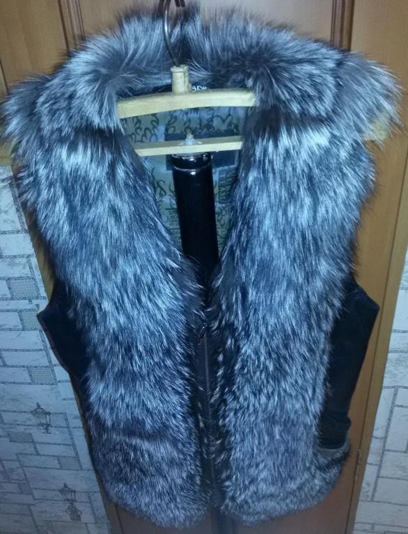 Жилеточка из цельной чернобурки, р 44-46, отличное состояние, натуральный мех и натуральная мягкая кожа, покупали в маг.