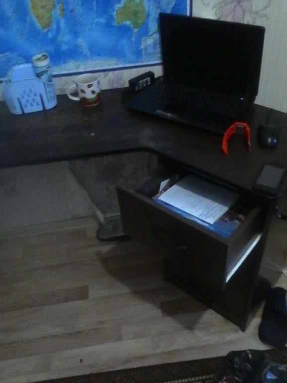 Продам стол,в отличном состоянии,можно в офис ,можно для школьника,три выездных глубоких отдела.+ стул мягкий в подарок.1000рублей.Тел.89234119499